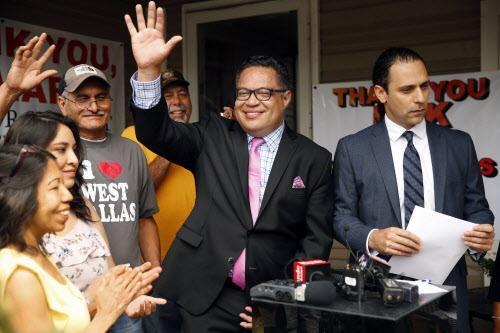 Omar Narváez, junto a Khraish Khraish, cuando anunciaron que sí se venderían algunas de las casas de HMK a los renteros.