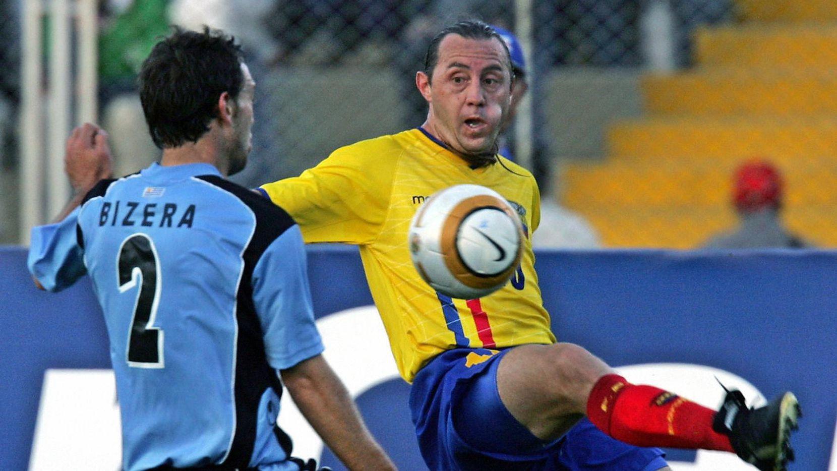 Alex Aguinaga fue una pieza clave de la selección de Ecuador para disputar el Mundial de Corea Japón 2002.(ARCHIVO GETTY IMAGES)