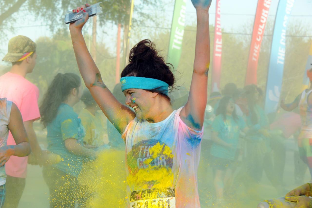 Una participante es manchada con pintura de colores en la carrera The Color Run el año pasado. (dmn/Alexandra Olivia)