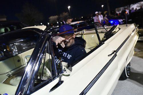 Brent Dobashi de Fort Worth estaciona su 1964 Super Sport Chevy Impala convertible al llegar a la reunión After Hop, afuera del restaurante Hooters en Grand Prairie, el domingo. (Por BEN TORRES/ESPECIAL PARA AL DÍA)