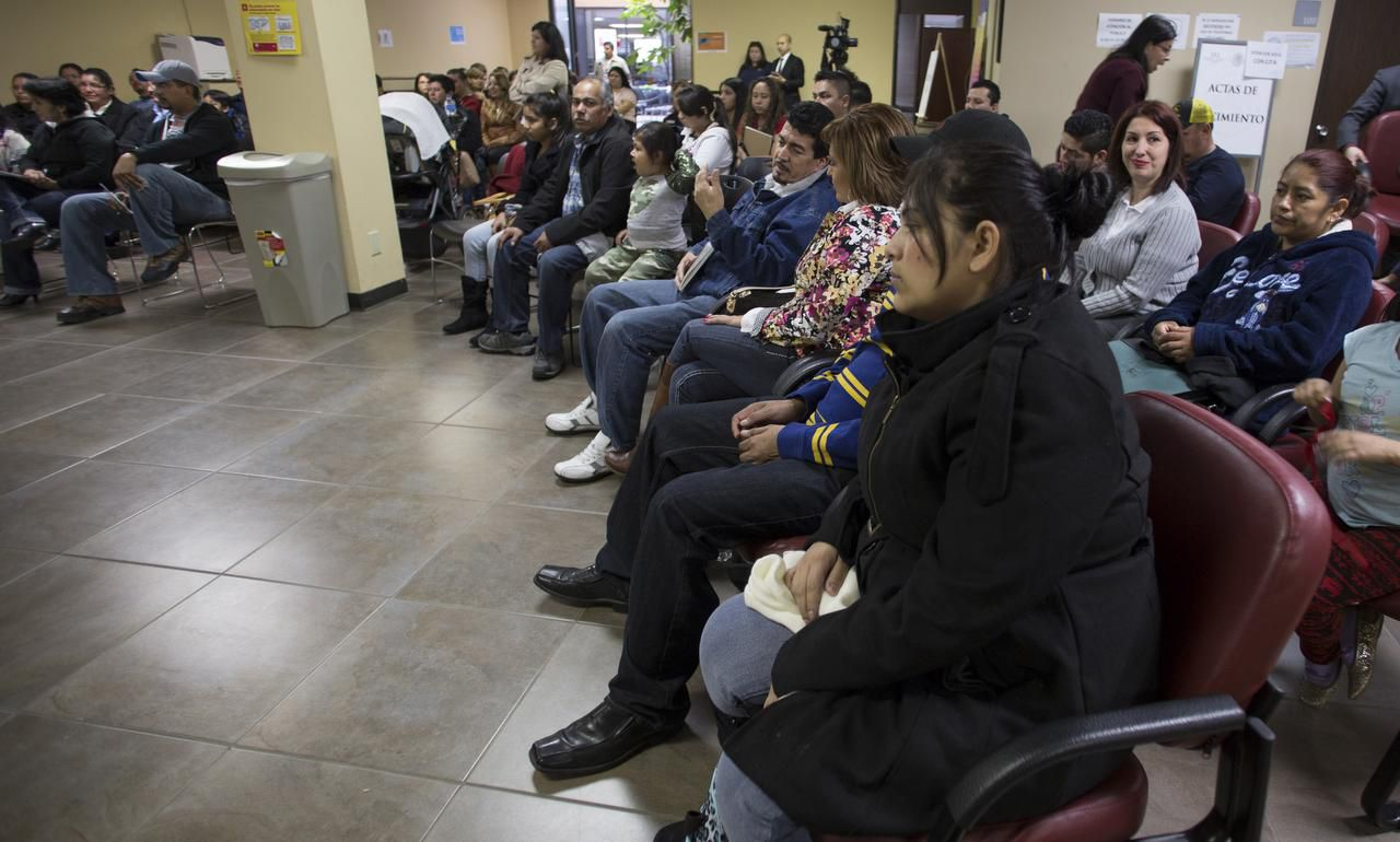 Familias asisten a una clínica de inmigración organizada por el Consulado Mexicano de Dallas. (MARIA OLIVAS / ESPECIAL PARA AL DÍA)
