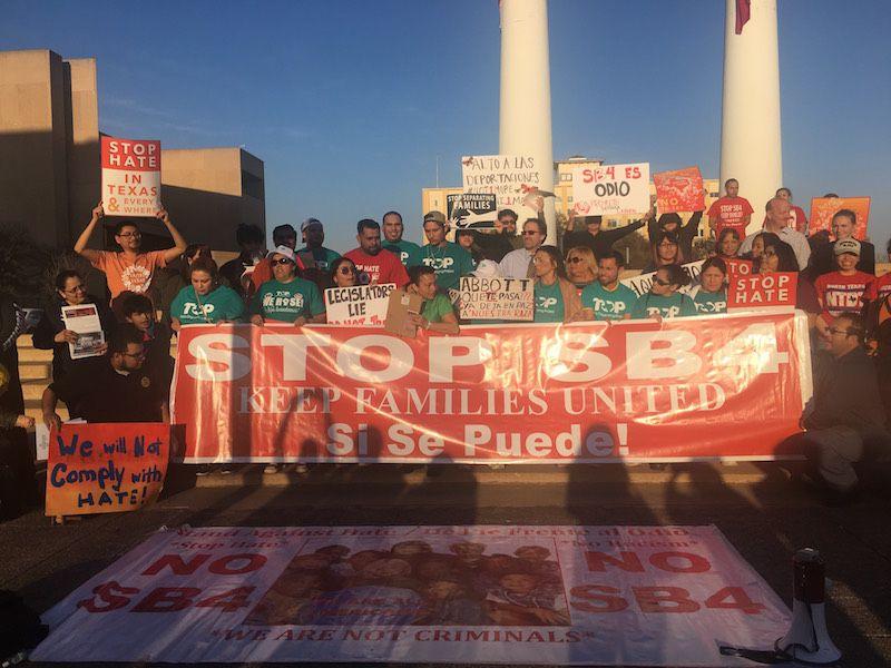 Activistas protestan en el centro de Dallas tras el fallo que da via libre a la ley SB4, el 14 de marzo de 2018. Foto: Jenny Manrique / Al Día