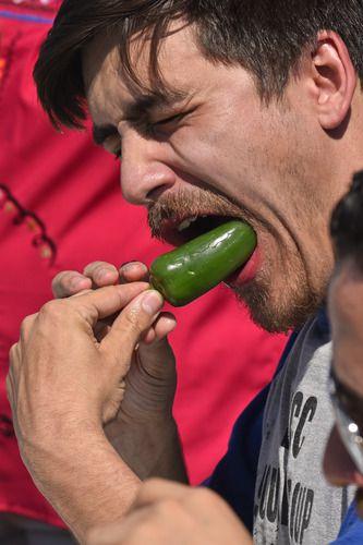 Mark Hinojosa muestra su técnica para comer jalapeños durante el concurso en festejos del Cinco de Mayo en Mesquite. BEN TORRES/AL DÍA