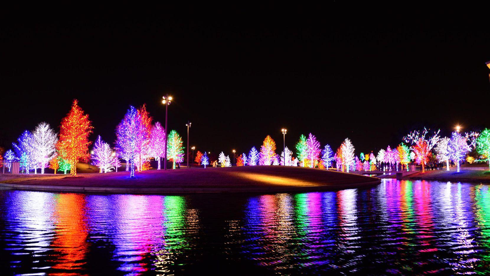 Vitruvian Lights continúan su encanto en Addison hasta el 1 de enero.(Stevan Koye)