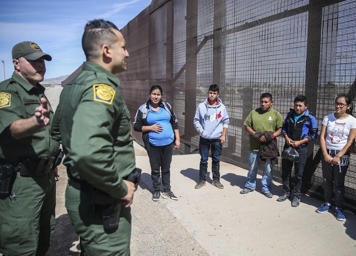 Agentes de la Patrulla Fronteriza en El Paso toman en custodia a un grupo de migrantes de Centroamérica que buscan asilo en Estados Unidos. (Ryan Michalesko/The Dallas Morning News)