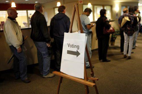 Un grupo de votantes del condado de Collin en fila para votar durante unas elecciones. DMN