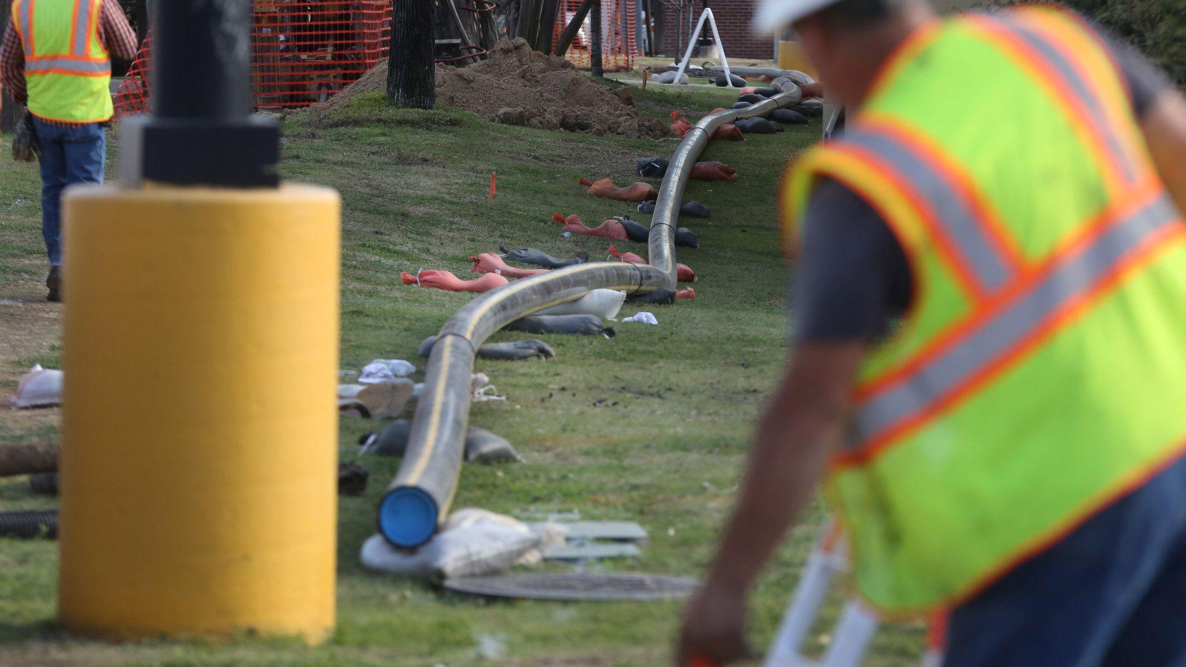 Un grupo de trabajadores instala tuberías de gas en Midway Road el año pasado. LOUIS DeLUCA/DMN