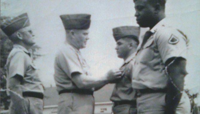 El sargento Candelario Garcia Jr. (derecha-centro) recibe una medalla. (DMAHL/CORTESÍA)