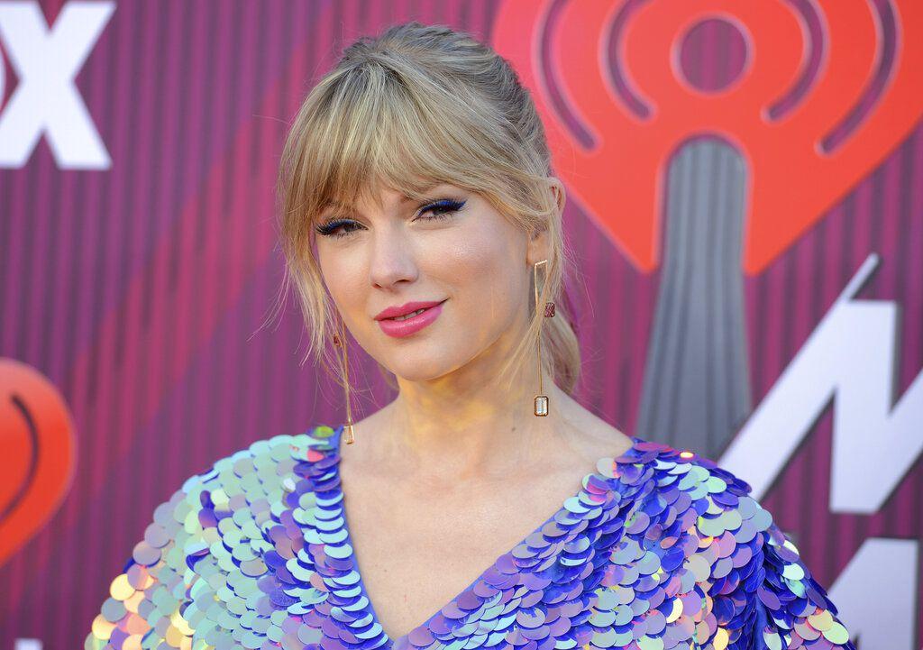 En esta foto del 14 de marzo del 2019, Taylor Swift llega a la entrega de los premios iHeartRadio en el Teatro Microsoft en Los Angeles. Swift donó el lunes 8 de abril del 2019 130.000 dólares a una organización defensora de los derechos LGBTQ en Tennessee. (Foto por Jordan Strauss/Invision/AP, Archivo)