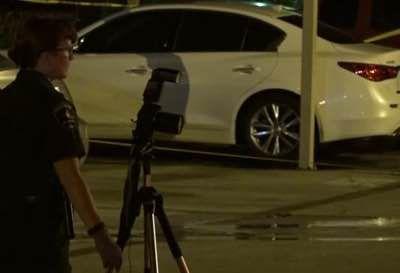 Agentes del Departamento de Policía de Arlington investigan un caso de un hombre que fue apuñalado en North Arlington la madrugada del martes. Foto DMN.