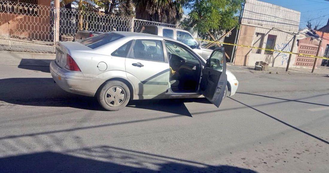El auto del periodista Carlos Domínguez Rodríguez en una calle de Nuevo Laredo, donde fue agredido. FOTO: TWITTER.