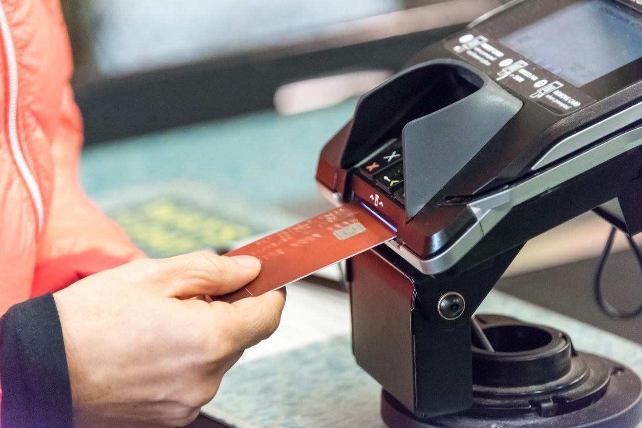 Una máquina lectora de tarjetas de crédico con chip de seguridad.(GETTY IMAGES)