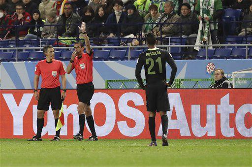 El árbitro Viktor Kassai, segundo desde la izquierda, pita un penal tras una revisión de repetición por video en las semifinales del Mundial de Clubes entre Kashima Antlers y Atlético Nacional el miércoles, 14 de diciembre de 2016, en Suita, Japón. (AP Photo/Eugene Hoshiko)