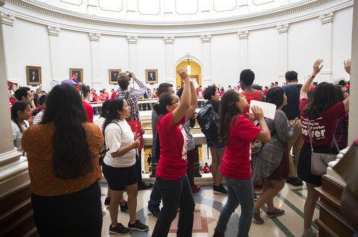 Cientos se manifiestan dentro del capitolio de Texas, en Austin, protestando contra la medida SB4. Hay muchos hispanos en Texas, pero los demócratas carecen de un candidato para gobernador. Foto AUSTIN AMERICAN-STATESMAN