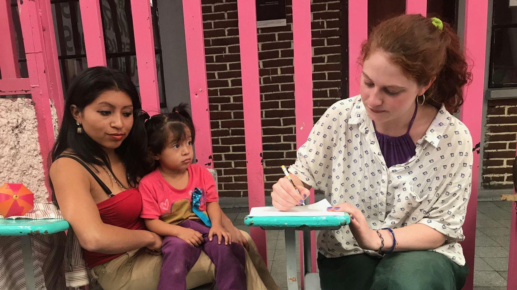 """Lola Fleming, voluntaria del albergue Casamín, le enseña inglés a Delma y su hija Joanna. La frase más común en inglés es """"I want to work"""". (ALFREDO CORCHADO/DMN)"""