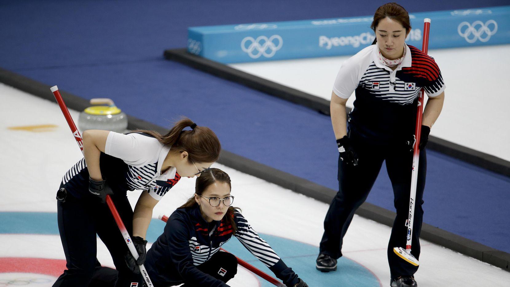 El equipo femenino surcoreano de curling eliminó a Japón el viernes en semifinales. (AP/Natacha Pisarenko)