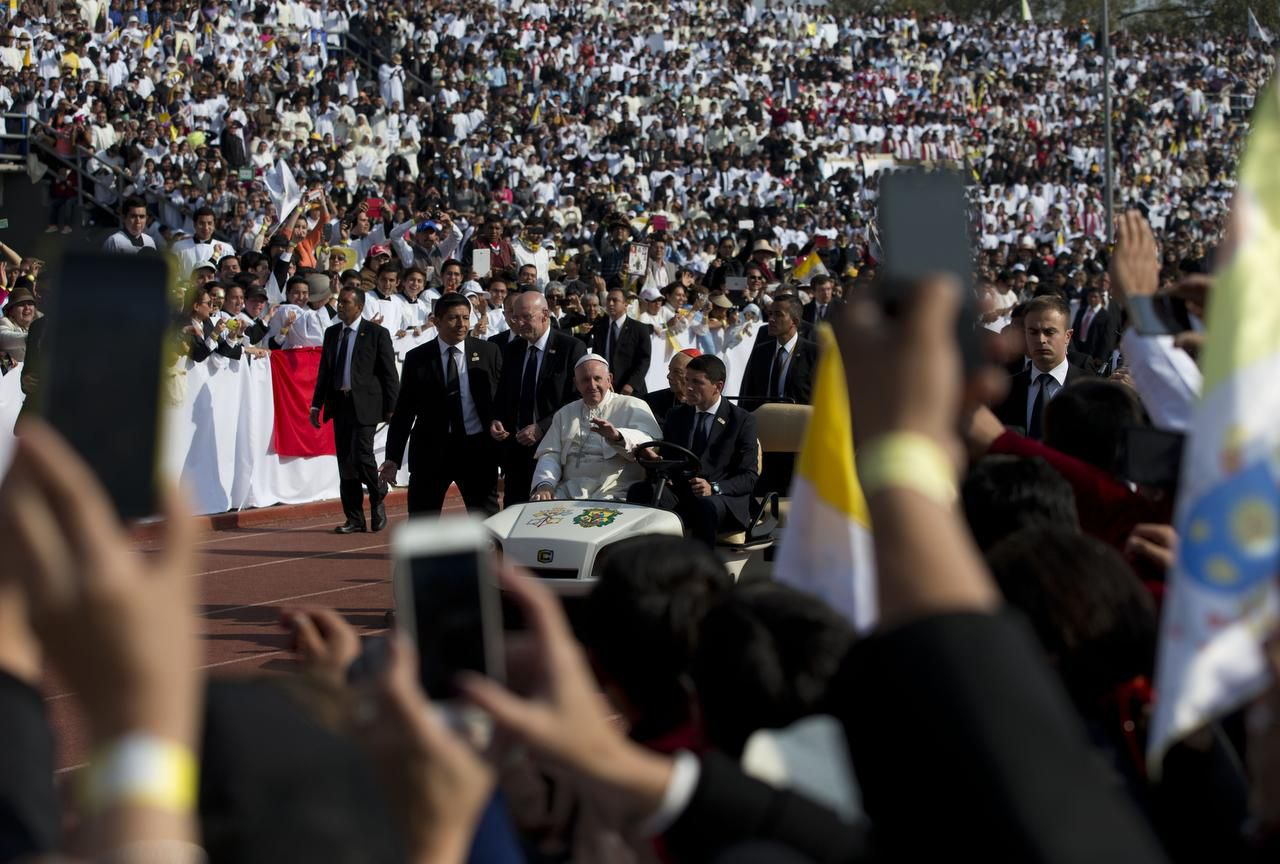El papa Francisco saludo a la multitud que lo recibe en el estadio Venustiano Carranza en Morelia. (AP/REBECCA BLACKWELL)