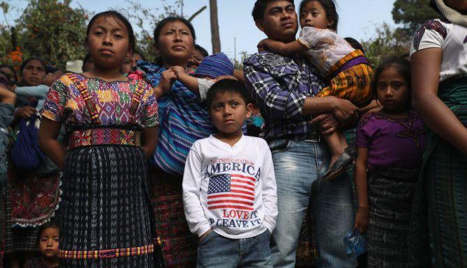 """SAN JUAN SACATEPEQUEZ, GUATEMALA. Más de 2,000 personas caminaron en el cortejo fúnebre de Oscar Armando Top Cotzajay, de 11 años, y Carlos Daniel Xiqin, de 10, quienes fueron secuestrados mientras iban a la escuela el 14 de febrero de 2017. Los residentes encontraron a los niños metidos en sacos, con las gargantas, las manos y los pies atados.  """"La violencia es muy espiral en el triángulo norte de El Salvador, Honduras y Guatemala por la inestabilidad política que reina desde 2009. Lo que he visto cambiante en estos 10 años es que antes los migrantes eran hombres o mujeres solos en busca de empleo y ahora son familias huyendo de la carnicería salvaje"""".  John Moore / Getty Images"""