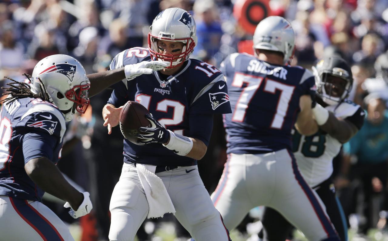 Tom Brady (12) y los Patriots jugarán contra Dallas este fin de semana por primera vez el AT&T Stadium. (AP/CHARLES KRUPA)