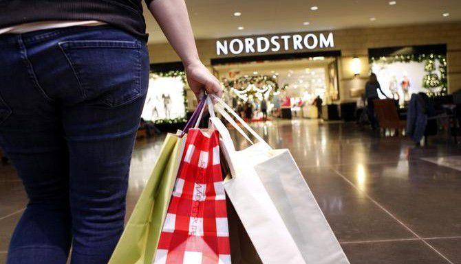 Una nueva encuesta muestra que los consumidores no gastarán mucho dinero en compras navideñas este año. (DMN/LARA SOLT)