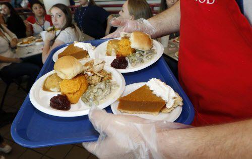 """Los platillos de guarnición, o """"sides"""" tradicionales de la cena de acción de gracias son puré de papa, guiso de ejotes, mermelada de arandano y un panecillo. Todos tienen un alto nivel de calorías. (David Woo/The Dallas Morning News)"""
