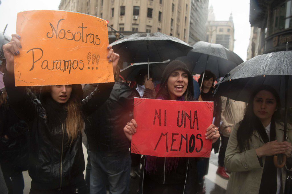 Mujeres con pancartas durante un paro de una hora para protestar por la violencia contra las mujeres en Buenos Aires, Argentina, el miércoles 19 de octubre de 2016. (VICTOR R. CAIVANO/AP)