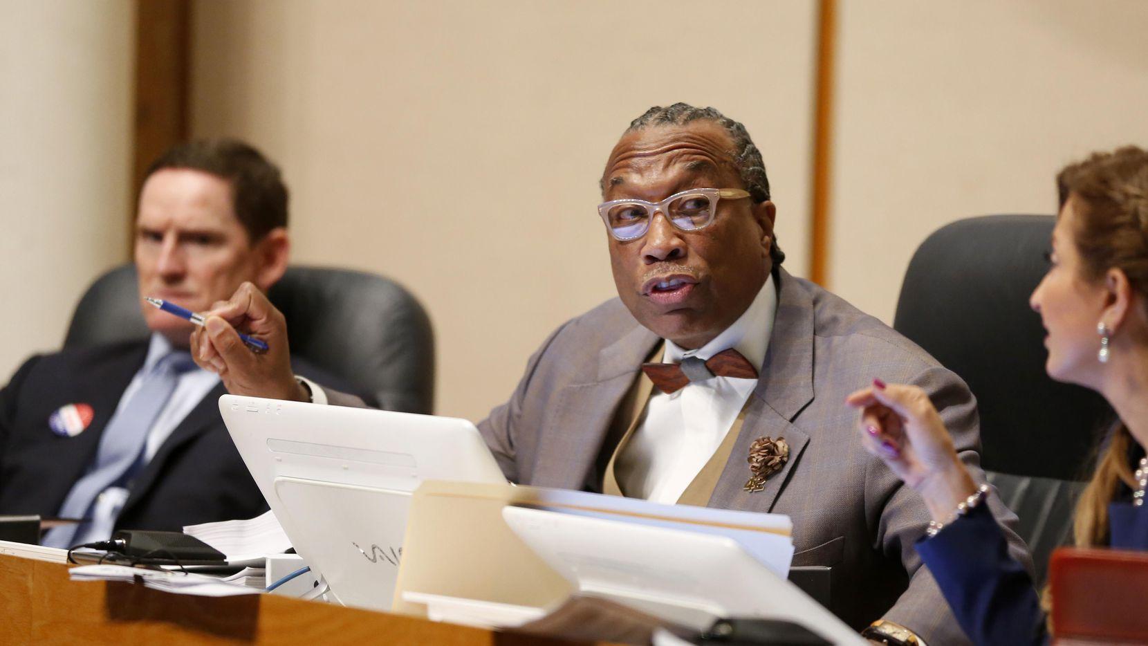 (Desde la izq.) el juez del condado Clay Jenkins y los comisionados John Wiley Price y Elba García. Price fue parte de la mayoría que votó a favor de subirse el sueldo. (DMN/ARCHIVO)