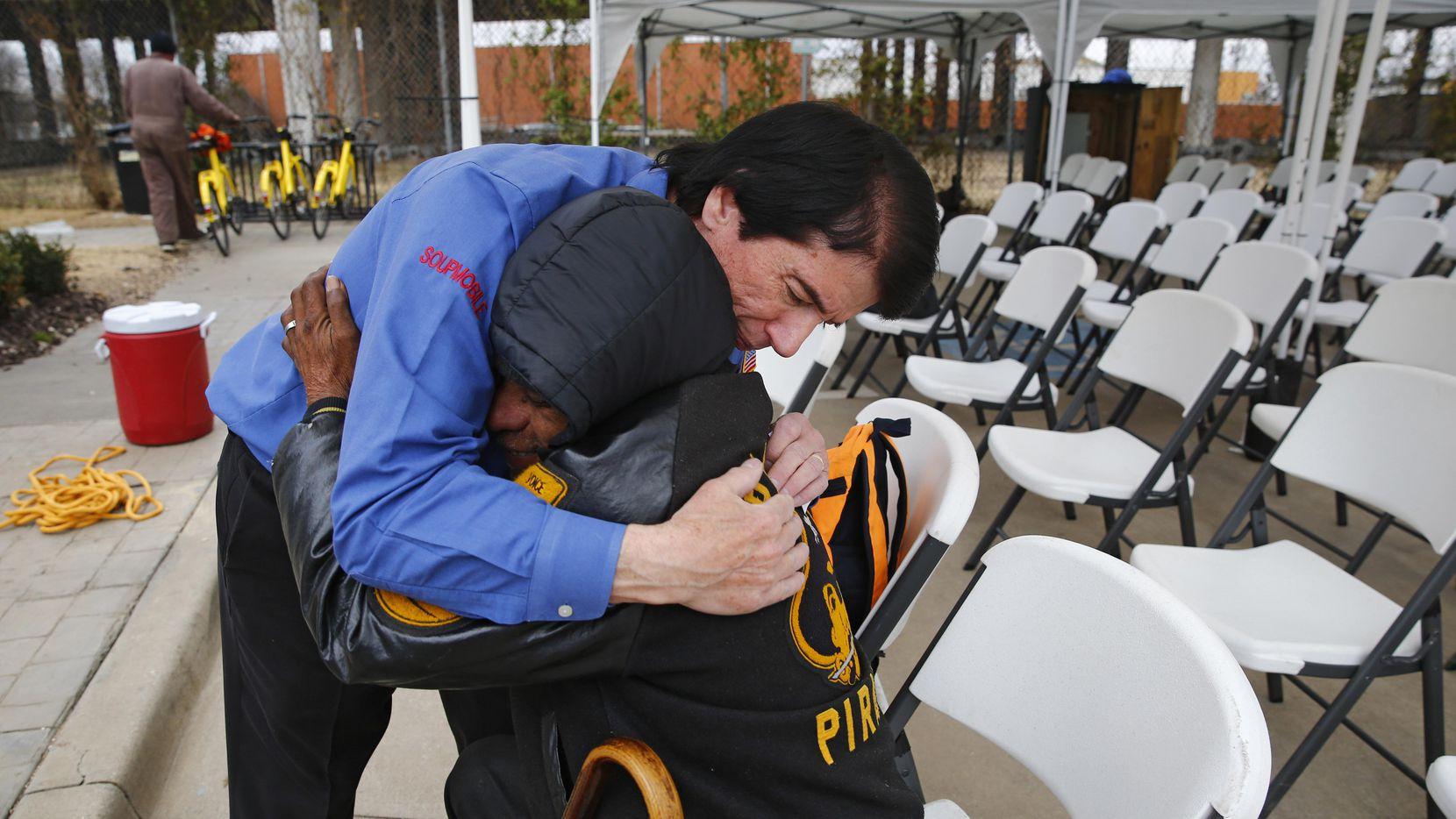 El pastor David Timothy abraza a Daniel Rodríguez en la iglesia SoupMobile Church. NATHAN HUNSINGER/DMN