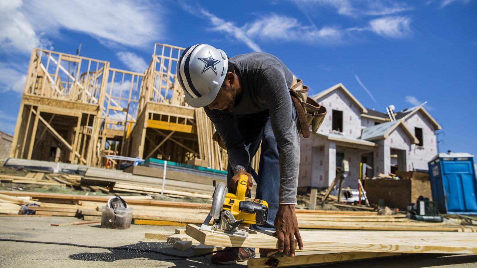 Eric Vásquez prepara tablones para una nueva casa en Las Colinas, el verano pasado. En Dallas hay un déficit de al menos 20,000 trabajadores de la construcción.  ASHLEY LANDIS/DMN