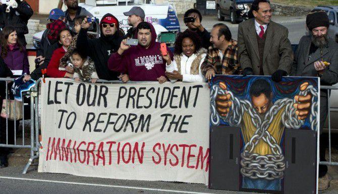 Simpatizantes del presidente Obama muestran su apoyo a la regorma migratoria en Nashville, Tennessee. (AP/JACQUELYN MARTIN)