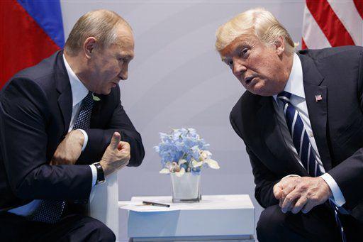 El presidente estadounidense Donald Trump se reúne con el presidente ruso Vladimir Putin al margen de la cumbre del Grupo de los 20 en Hamburgo, Alemania el 7 de julio del  2017. (AP Photo/Evan Vucci)