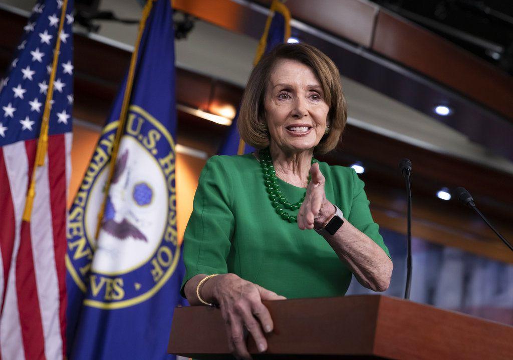 La líder demócrata de la Cámara de Representantes, Nancy Pelosi, conversa con la prensa en su conferencia noticiosa semanal en el Capitolio en Washington, el jueves 6 de diciembre de 2018. (AP Foto/J. Scott Applewhite)