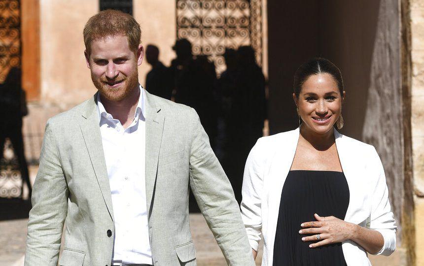 En esta foto del 25 de febrero del 2019, el príncipe Enrique de Gran Bretaña y su esposa Meghan, duquesa de Sussex, visitan los Jardines Andaluces en Rabat, Marruecos. (Facundo Arrizabalaga/Pool Photo via AP, Archivo)