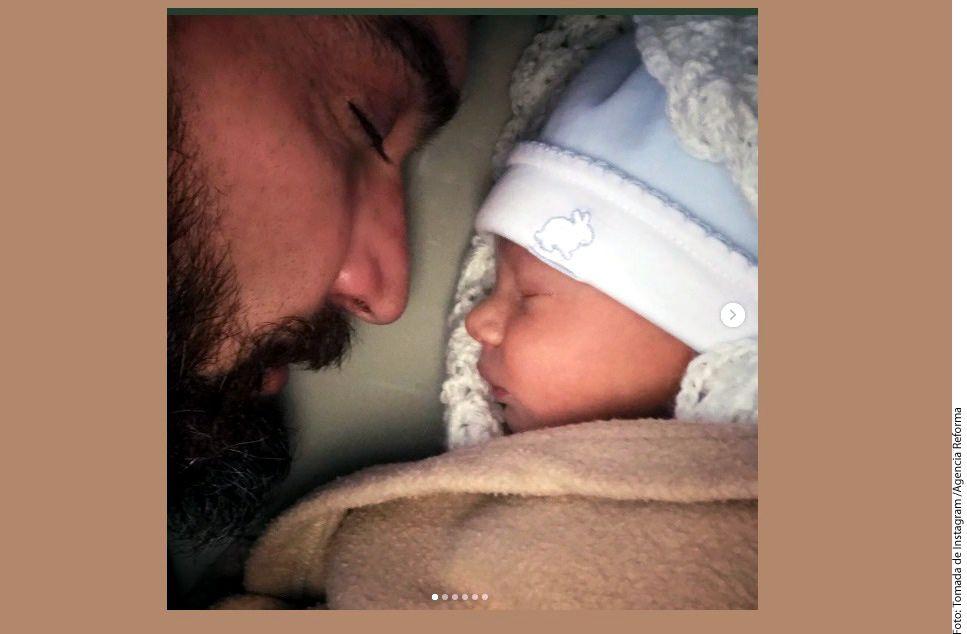 Pese a que la actriz Marjorie de Sousa dio la primicia a una revista, el actor Julián Gil reveló en redes sociales fotos de su hijo Matías./ AGENCIA REFORMA