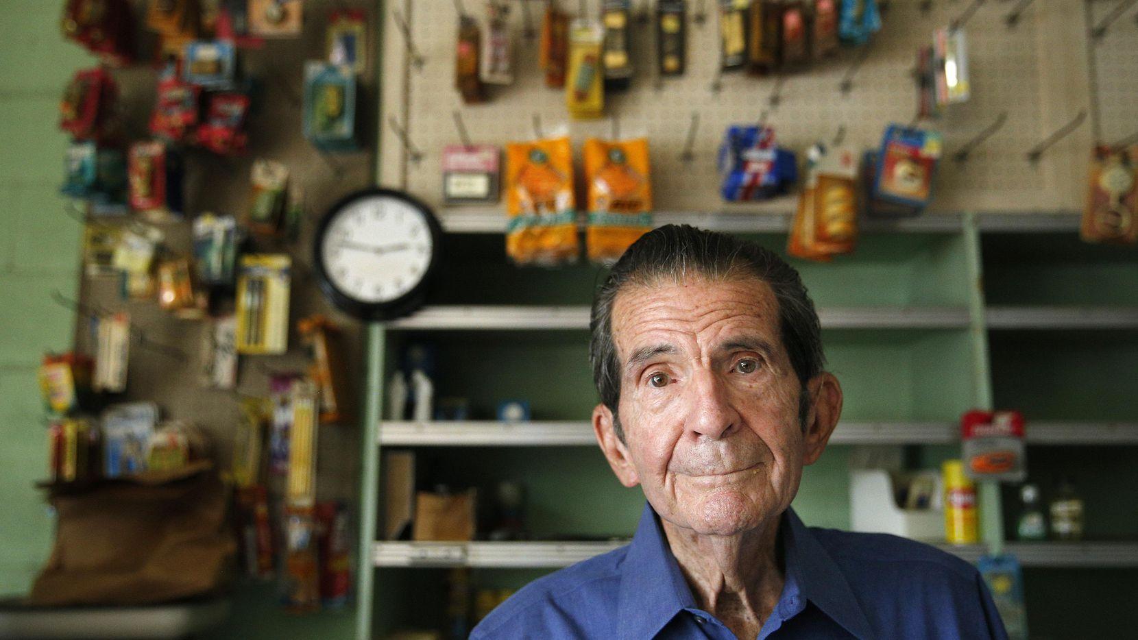 Charlie Villasana desde su tienda de abarrotes (ya no abierta al público) en Harry Hines Boulevard. Villasana es uno de los últimos residentes de Little Mexico. LOUIS DeLUCA/DMN