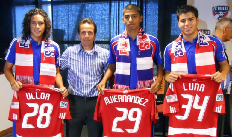 Victor Ulloa, Moises Hernandez, and Ruben Luna, seen here with current FC Dallas Head Coach Oscar Pareja, sign homegrown contracts with FC Dallas on July 30, 2010.