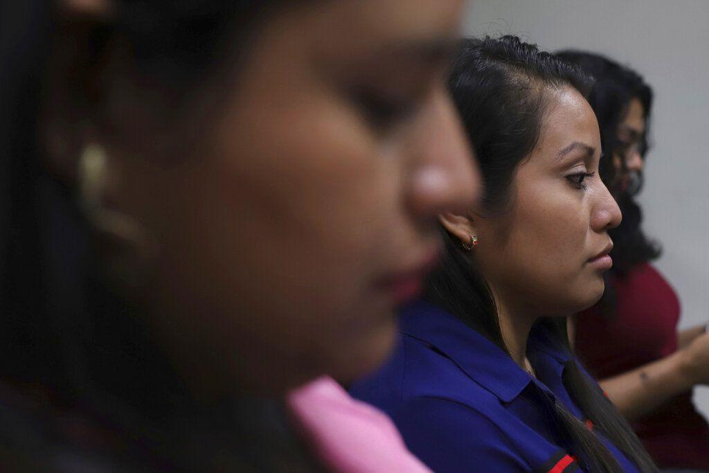 ARCHIVO - En esta foto del 15 de julio de 2019, Evelyn Beatriz Hernández está sentada en la corte después de que una sentencia de 30 años de cárcel fuera revertida en febrero en Ciudad Delgado, a las afueras de San Salvador.