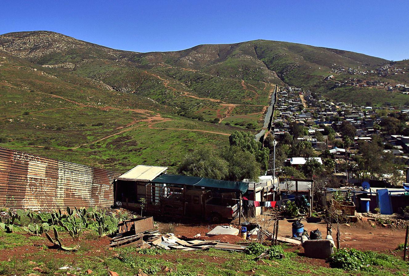Decenas de viviendas de la Colonia Nido de las Águilas, en Tijuana, se ubican junto a la barda divisoria entre México y Estados Unidos. AGENCIA REFORMA