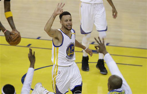 Stephen Curry tuvo una gran actuación para los Warriors en el Juego 2 de la serie final de la NBA ante los Cavaliers. Foto AP