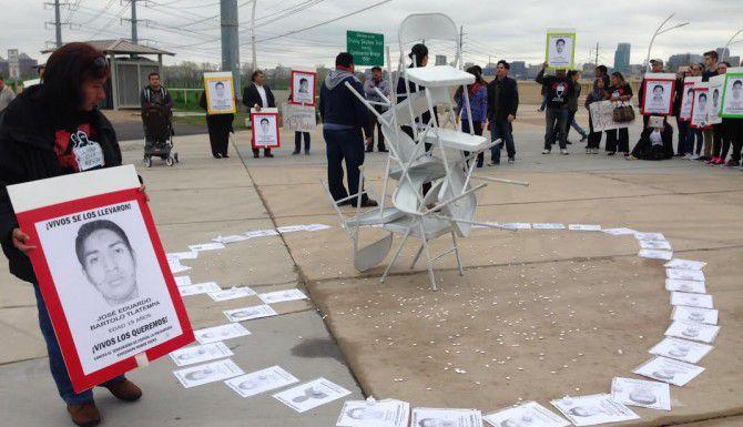 Manifestantes sobre el puente Margaret Hunt Hill de Dallas este domingo formron un corazón con las fotos de un grupo de estudiantes desaparecidos desde el 26 de septiembre en México. (AL DÍA/KARINA RAMÍREZ)