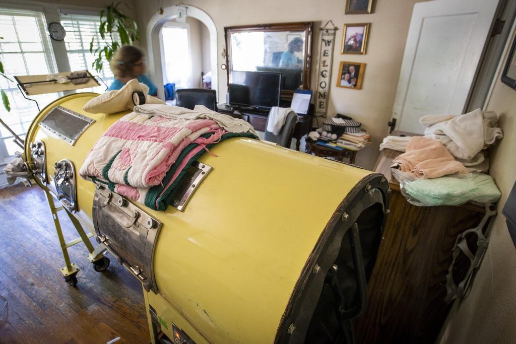 Paul Alexander al interior de su pulmón artificial. Alexander, que ahora tiene 72 años, sufrió poliomelitis en su infancia.  SMILEY POOL/DMN
