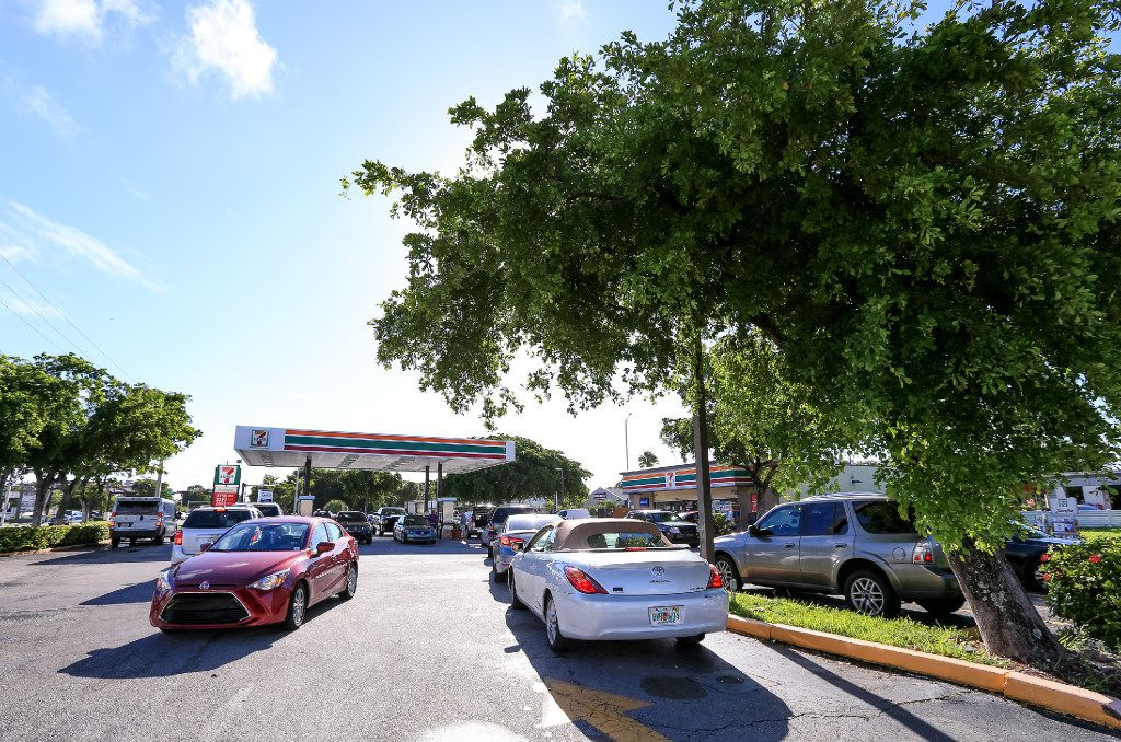 Residentes del sur de Florida se alinean para obtener gasolina en Fort Lauderdale, Florida. (GETTY IMAGES)