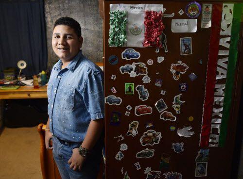 Misael Rico, Jr. de 13 años en su habitación en su casa en Irving. Después de ser atropellado a los 6 años se ha dedicado a hacer conciencia sobre la responsabilidad de los conductores en los accidentes. Ben Torres/ Especial para Al Día