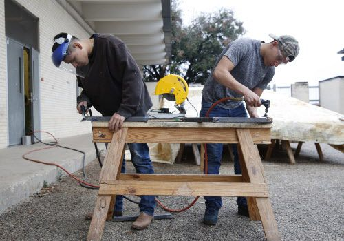 Diego Reyes, de segundo año (izq.) y Álvaro Luna Jr., de tercer años, pulen sus soldaduras durante un taller de construcción que se imparte en la preparatoria Skyline. NATHAN HUNSINGER/DMN