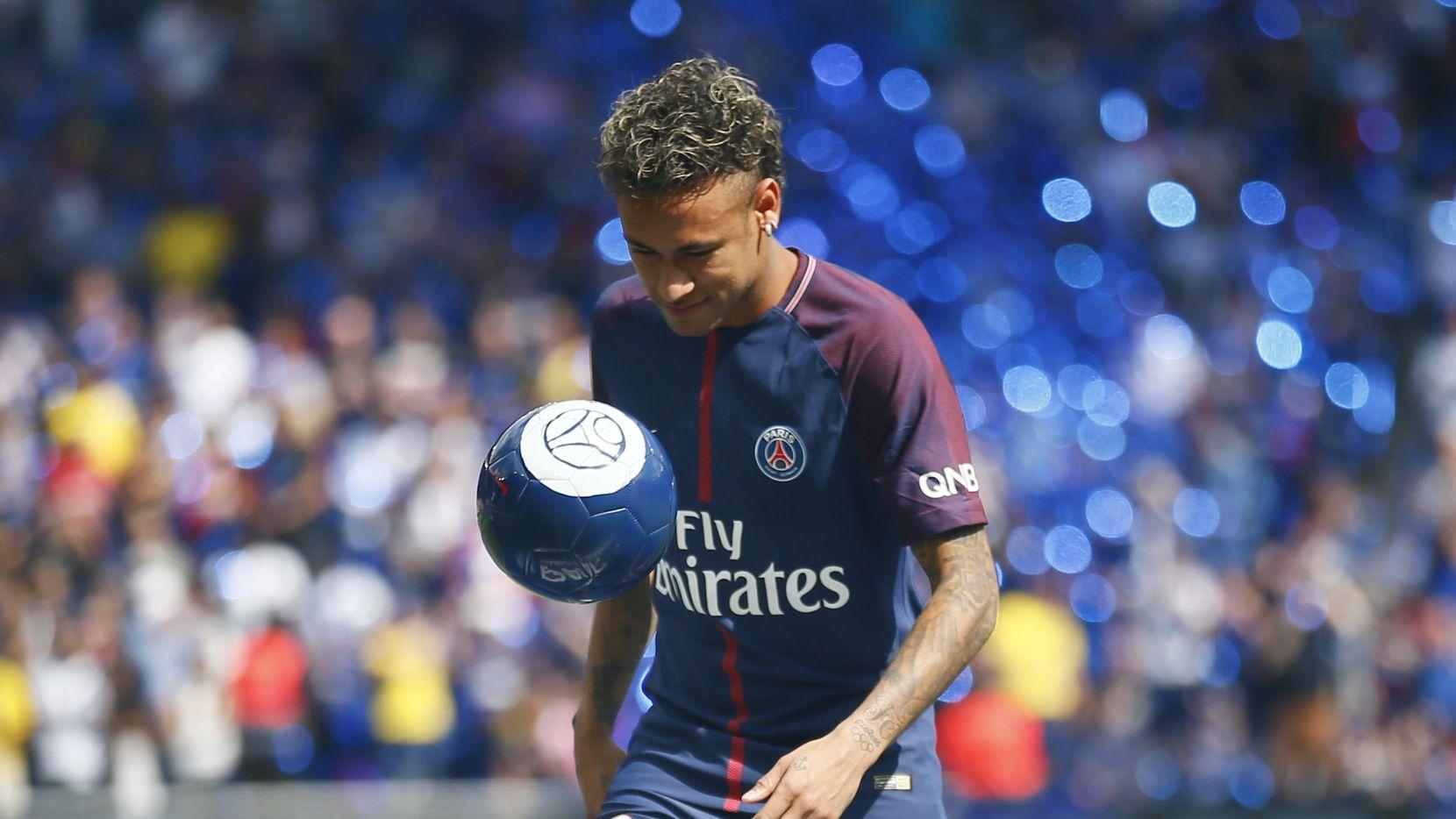 El delantero brasileño Neymar pasó al PSG por $262 millones. (AP/Francois Mori)