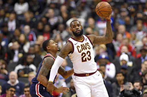 LeBron James portó unos tenis con un mensaje sobre igualdad en el último juego de los Cleveland Cavaliers. Foto AP