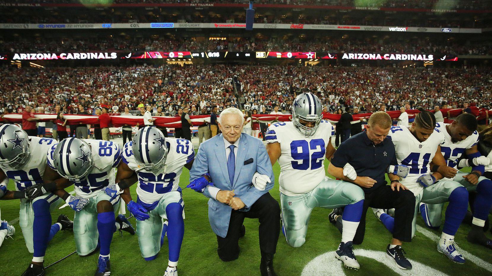 El dueño de los Cowboys de Dallas Jerry Jones (centro) se arrodilla junto a sus jugadores previo al partido entre Dallas y Arizona. (DMN/ANDY JACOBSOHN)