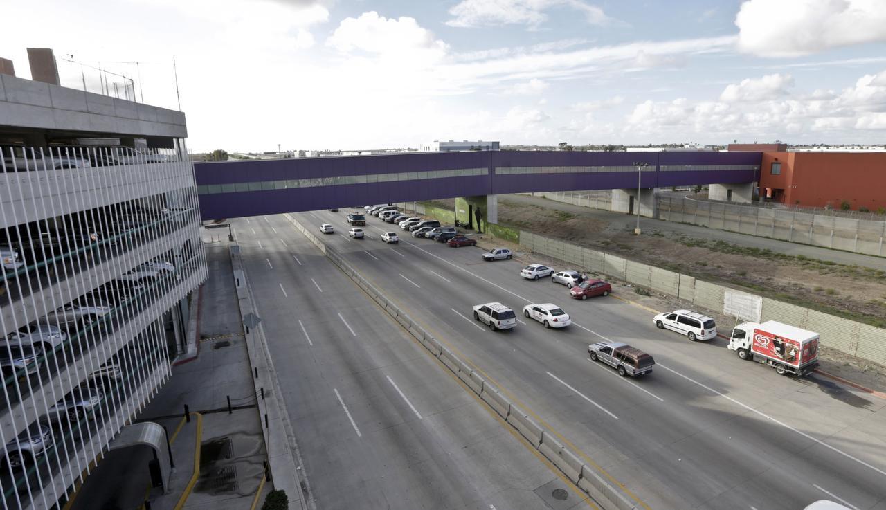 El puente transfronterizo comunica al aeropuerto de Tijuana (izquierda) con la terminal aérea de San Diego (derecha). (AP/LENNY IGNELZI)