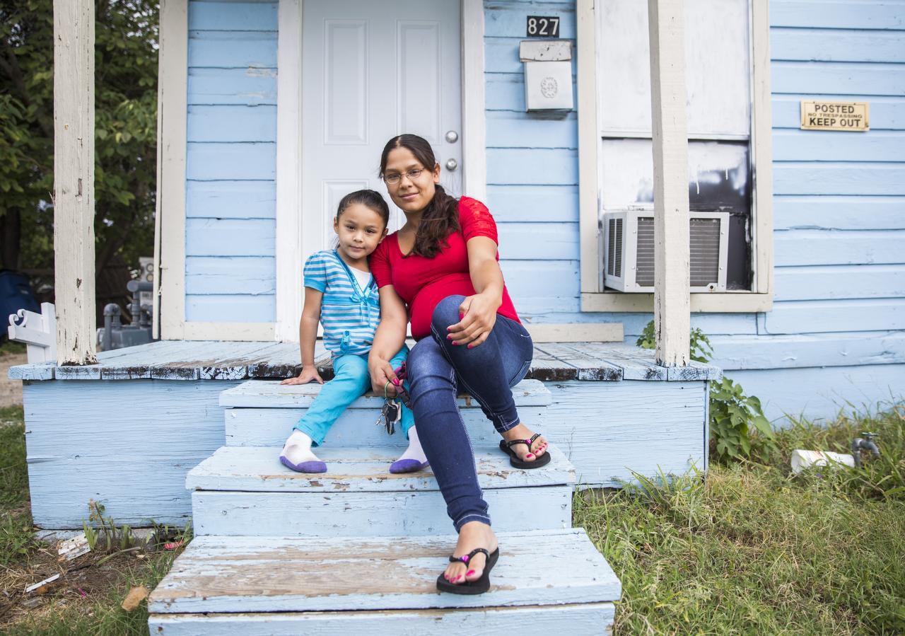 Joanna Peña y su hija Zaory Rendón de 4 años viven 827 Nomas Street, en Dallas. Su casero, HMK, les dio hasta el 31 de octubre para salir de allí. (DMN/ASHLEY LANDIS)