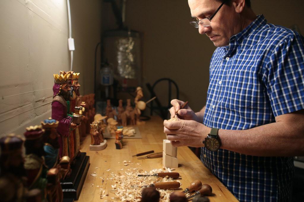 Carlos López trabaja  en una de sus piezas desde su taller en Haslet. Las obras del artesano son parte de una tradición puertorriqueña.  MARÍA OLIVAS/AL DÍA